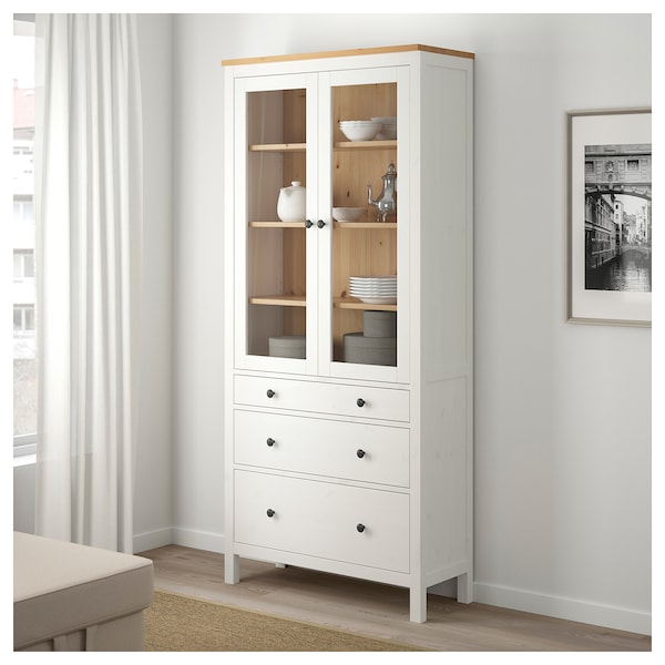 hemnes vitrine mit 3 schubladen wei gebeizt hellbraun ikea. Black Bedroom Furniture Sets. Home Design Ideas
