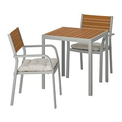 SJÄLLAND table+2 chairs w armrests, outdoor, light brown, Kuddarna dark grey