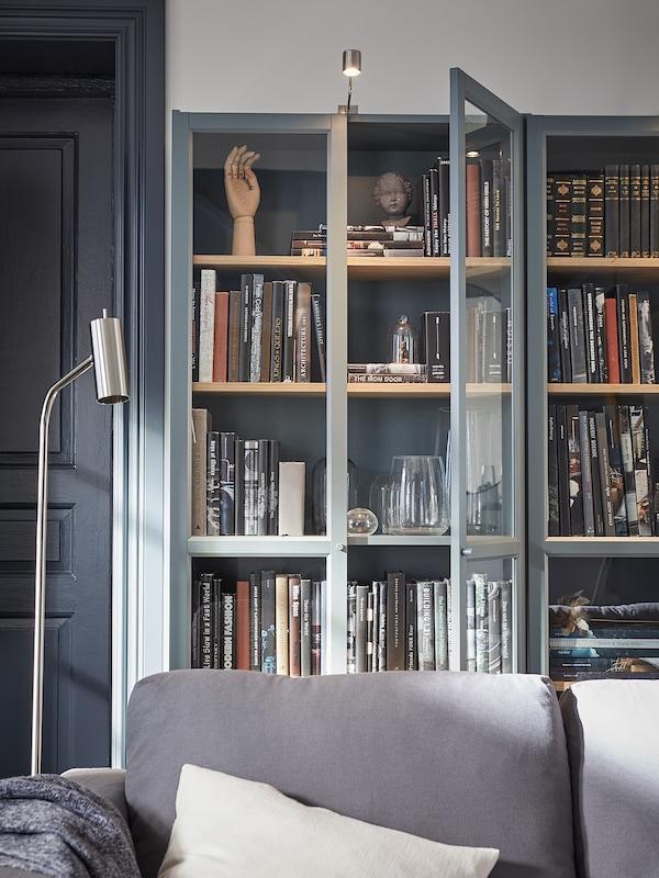 BILLY Bücherregal mit Glastüren, grautürkis/Eichenfurnier weiß lasiert, 80x30x202 cm