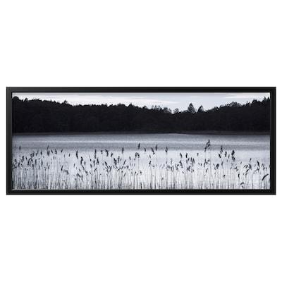 BJÖRKSTA Image avec cadre, lac dans les bois/noir, 140x56 cm