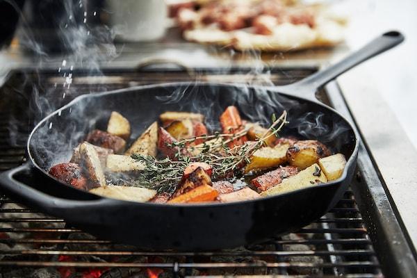 GRILLSKÄR Houtskoolbarbecue, zwart/roestvrij staal buiten, 86x61 cm