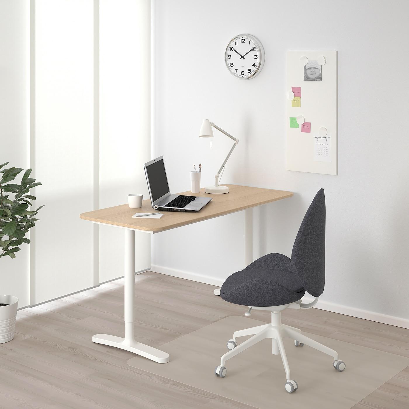 BEKANT Psací stůl, bíle mořená dubová dýha/bílá, 140x60 cm