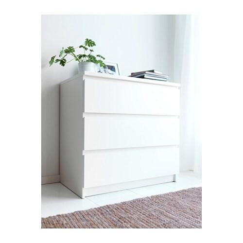 MALM Komoda se 3 zásuvkami IKEA Zvlášť hluboké zásuvky nabízejí spoustu úložného prostoru. Hladce výsuvné zásuvky se zarážkou.