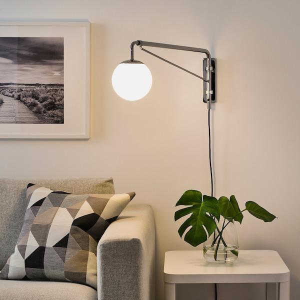 SIMRISHAMN Nástěnná lampa s otoč. ramenem, pochromované/opálově bílá sklo