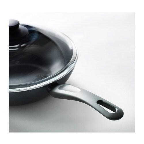 SKÄNKA Pánev wok s poklicí IKEA Díky pohodlným úchytkám se s hrnci snadno manipuluje.
