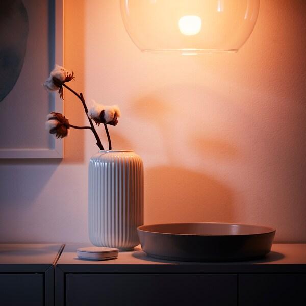 TRÅDFRI Žárovka LED, E27, 806 lumenů, bezdrátové, stmívatelné barevné a bílé spektrum/kulatá opálově bílá