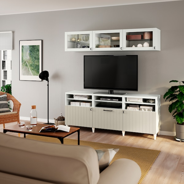 BESTÅ TV-Komb. mit Vitrinentüren, weiß Sutterviken/graubeige Klarglas, 180x42x192 cm
