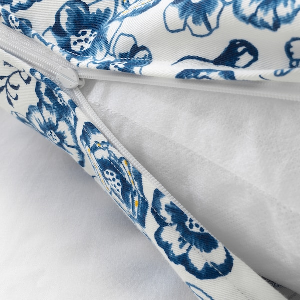 SÅNGLÄRKA Kissen, Blume/blau weiß, 65x40 cm