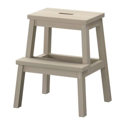 BEKVÄM Køkkenstige/taburet IKEA Massivt træ er et slidstærkt naturmateriale. Greb i det øverste trappetrin gør taburetten nem at flytte.