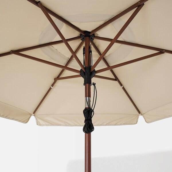 BETSÖ / VÅRHOLMEN parasol med fod brunt træmønster beige/Huvön 250 g/m² 262 cm 300 cm 48 mm