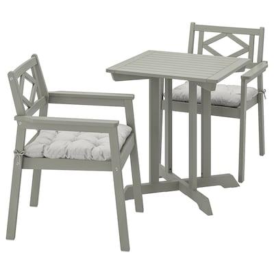BONDHOLMEN Bord+ 2 stole med armlæn, ude, grå bejdse/Kuddarna grå