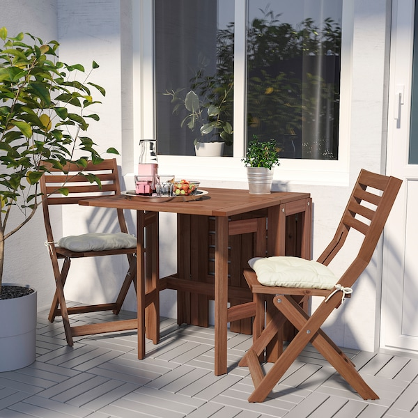 ÄPPLARÖ table+2 folding chairs, outdoor brown stained/Kuddarna beige