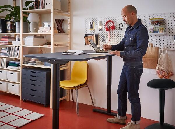 BEKANT Escritorio sentado/de pie, linóleo azul/negro, 160x80 cm