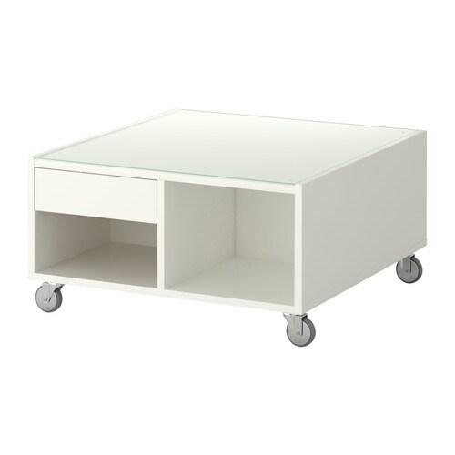 BOKSEL Mesa de centro IKEA El tablero superior de vidrio templado protege la superficie de las manchas. Gracias a las ruedas es fácil de mover.