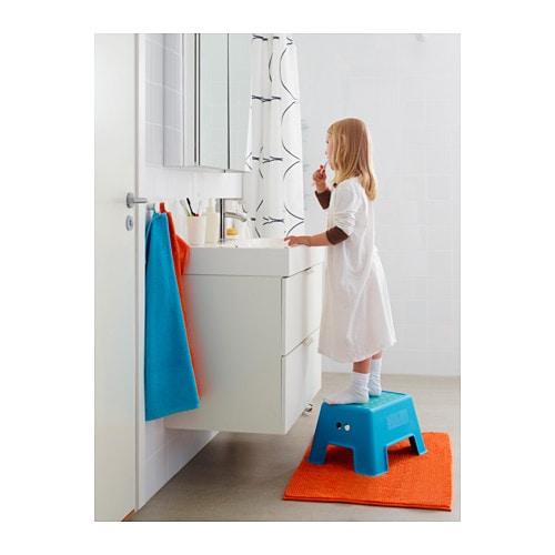 BOLMEN Taburete escalón IKEA Apto para niños y adultos y se ha probado que resiste hasta un máximo de 150 kg.