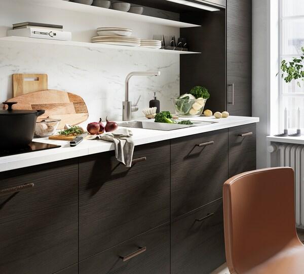 METOD / MAXIMERA Armario bajo fregadero 2 cajones, negro Askersund/marrón oscuro laminado efecto fresno, 60x60 cm