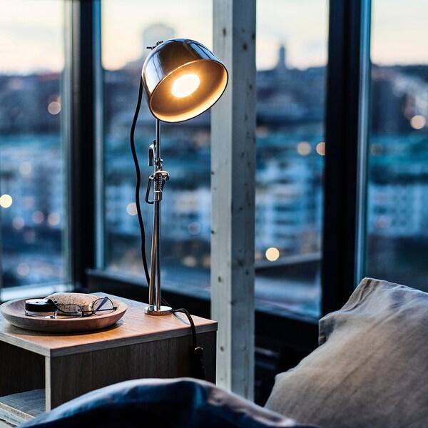 RÅVAROR Lámpara de mesa con pinza, ac inox
