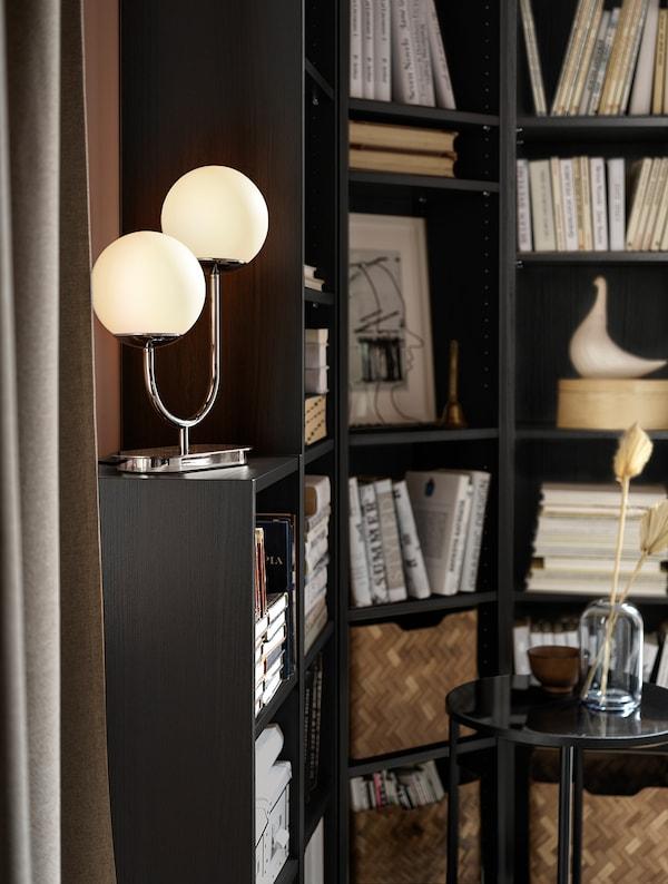 SIMRISHAMN Lámpara de mesa, cromado/blanco ópalo vidrio, 42 cm