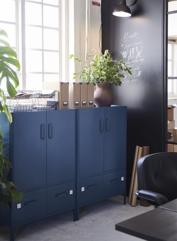 Due mobili IDÅSEN blu scuro, ciascuno con due cassetti in basso; sopra i mobili sono appoggiate delle piante in vaso e altri oggetti.