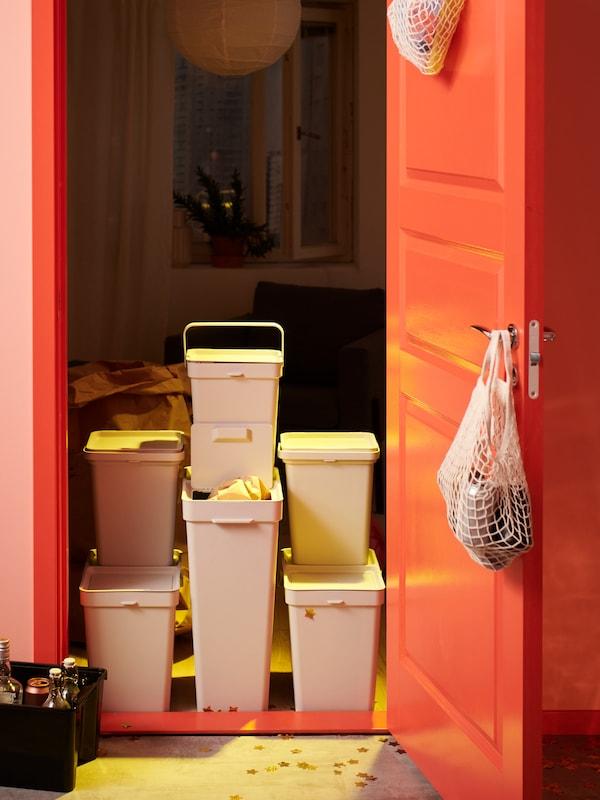 Подсобное помещение в доме со стеллажом и шкафами ИВАР