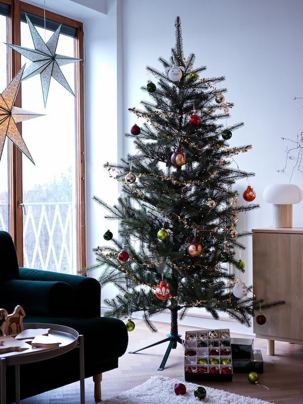 Julekuler som henger i et juletre.