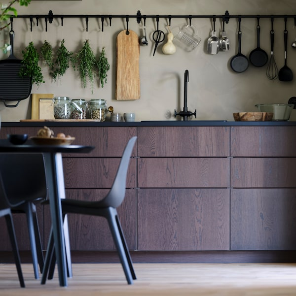 A small kitchen with brown SINARP kitchen door fronts