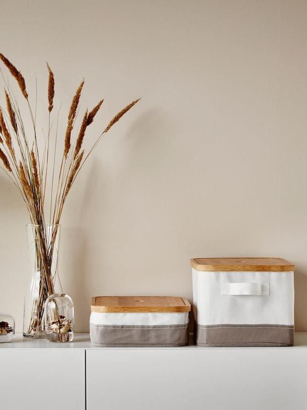 Eine minimalistische Einrichtung von IKEA mit Dekoration und kleinen Boxen