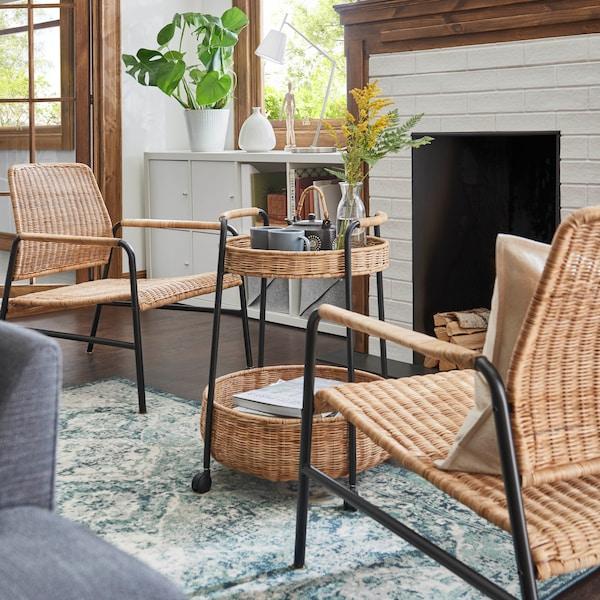 Mueble para organizar tus art´ículos personales, de cocina o más. Modelo de la familia de IKEA SUNNERSTA, blanco y firme con mucho espacio y buena movilidad gracias a las ruedas que lleva. Se encuentra en la cocina y al lado de un radiador de calefacción.