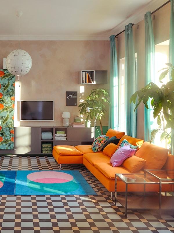 Kleurrijk textiel en bank