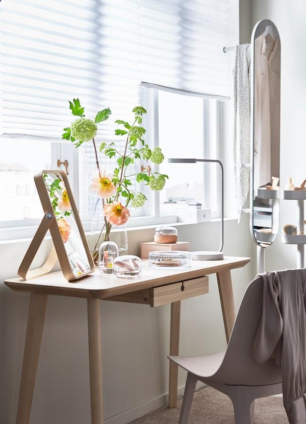 Secretária LISABO com a função de toucador, com espelho para toucador em freixo. Uma cadeira ODGER bege.