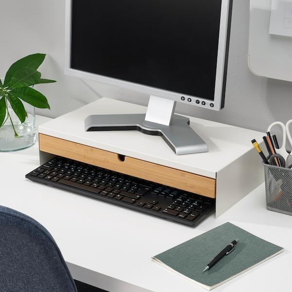 Soporte para el monitor sobre un escritorio con un monitor encima.