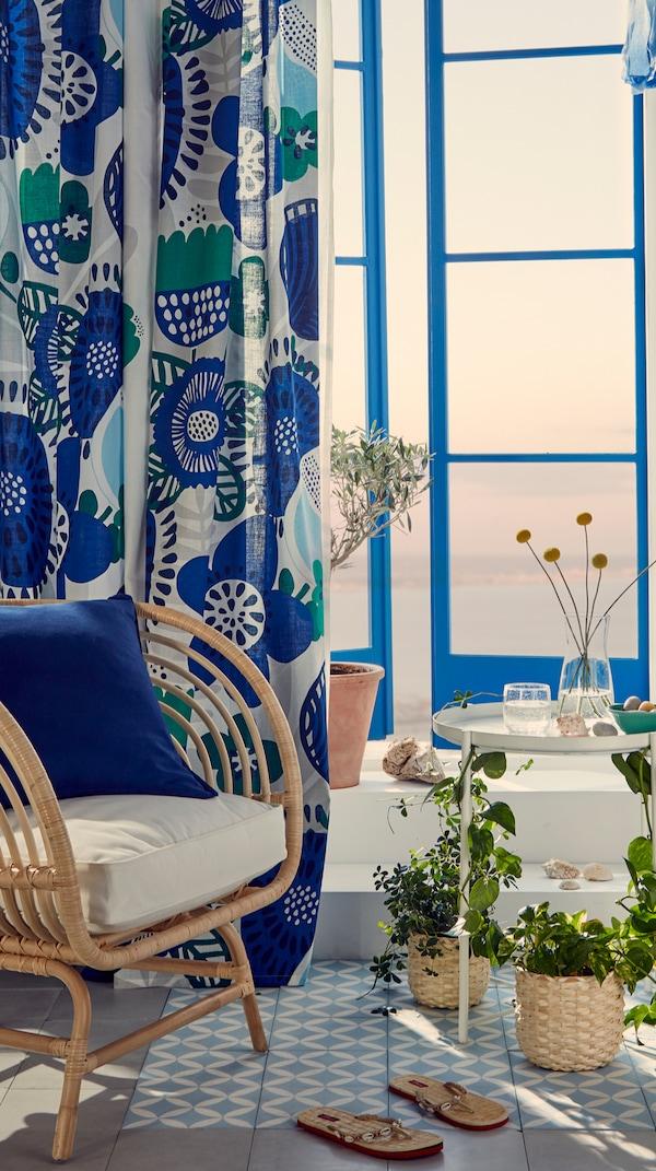 Kamerinrichting met een stoel, planten en gordijnen