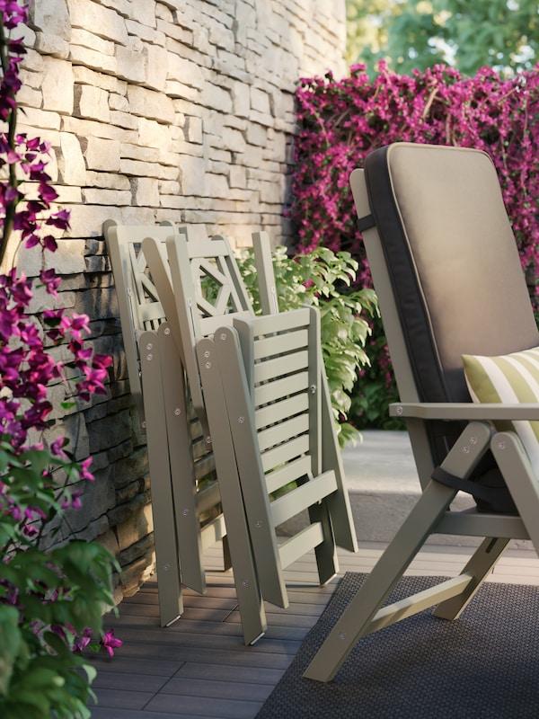 BONHOLMEN Outdoor Möbel gegen eine Wand gelehnt