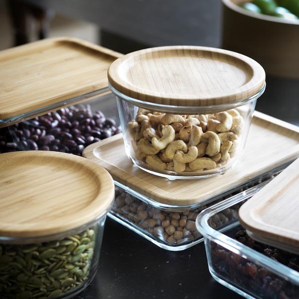 IKEA 365+ -sarjan lasisia kannellisia säilytysastioita vierekkäin pöydällä.