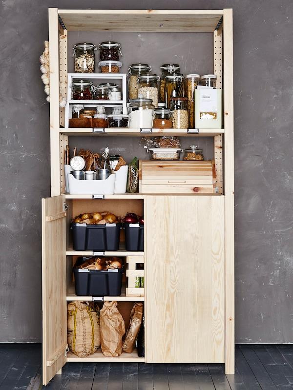 Een houten voorraadkast met open en gesloten planken, met transparante potten met ingrediënten, een brooddoos, aardappelen en nog veel meer.