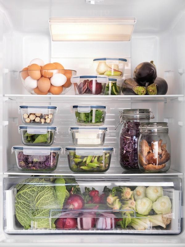 Et velorganiseret køleskab med IKEA 365+ opbevaringsbokse