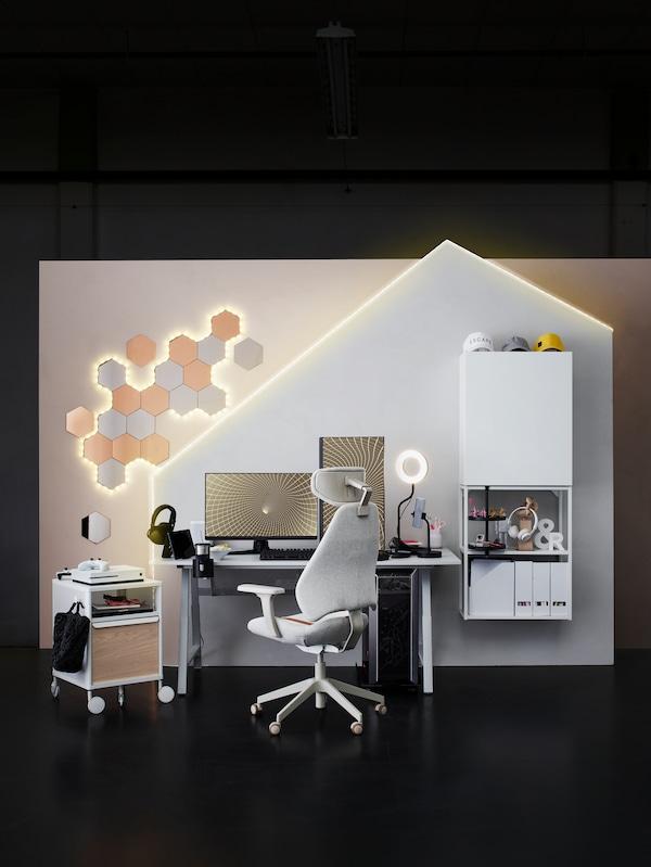 Espaço de gaming em branco com secretária UTESPELARE e cadeira para gaming MATCHSPEL no centro junto ao módulo de arrumação BEKANT.