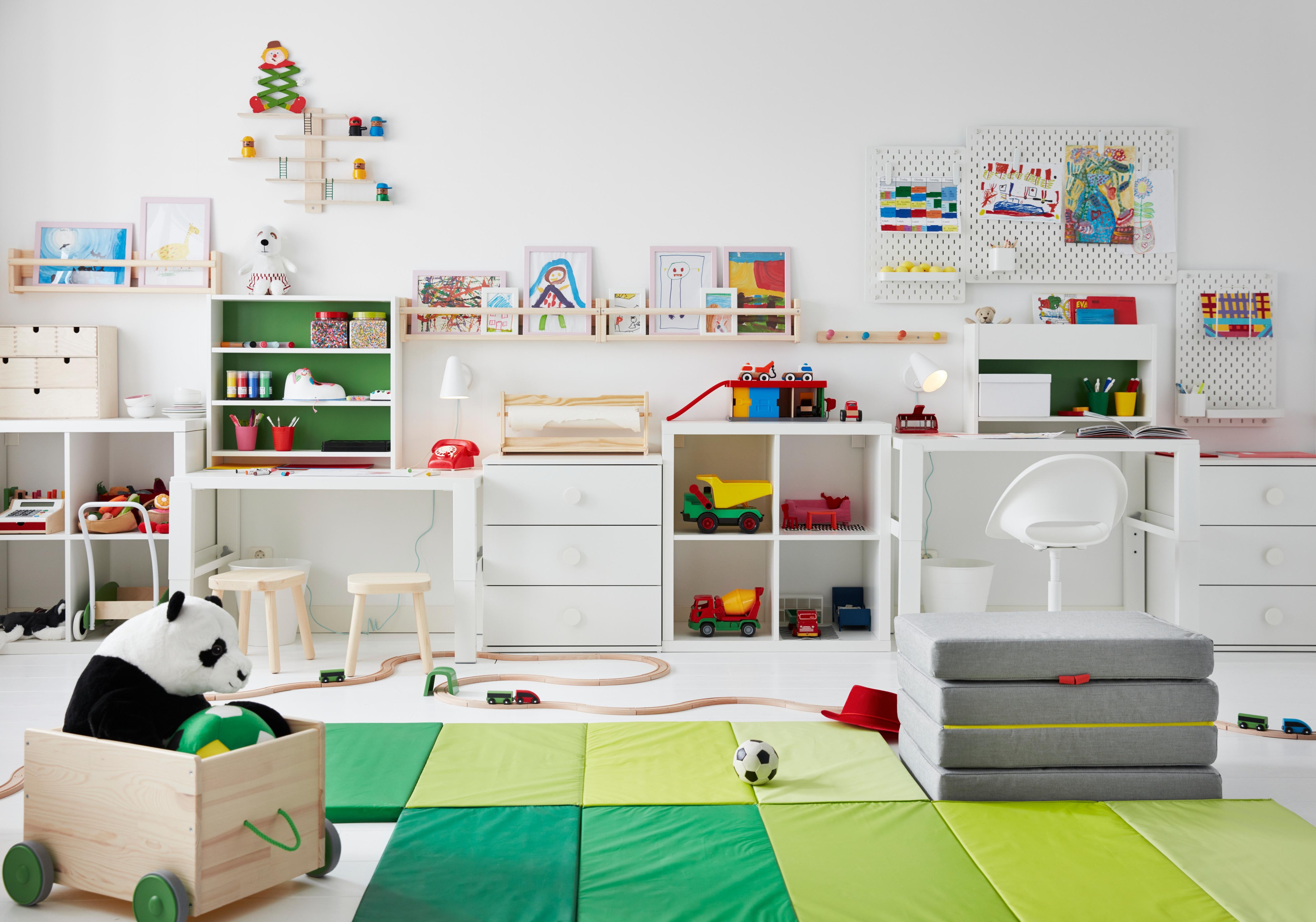 Es ist ein Kinderzimmer mit einem ausziehbaren MINNEN Bettgestell in Hellrosa und einem weißen Bettgestell zu sehen. Die Betten sind mit blauer VÄNKRETS und BARNDRÖM Bettwäsche bezogen.