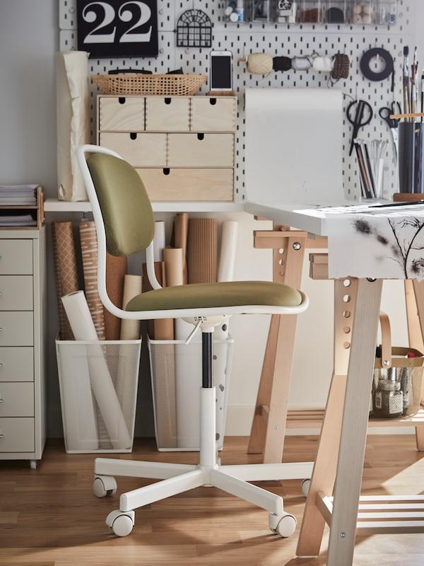 utilisé une petite pièce comme bureau avec un bureau LAGKAPTEN/MITTBACK, une chaise de bureau ÖRFJÄLL, une mini commode MOPPE