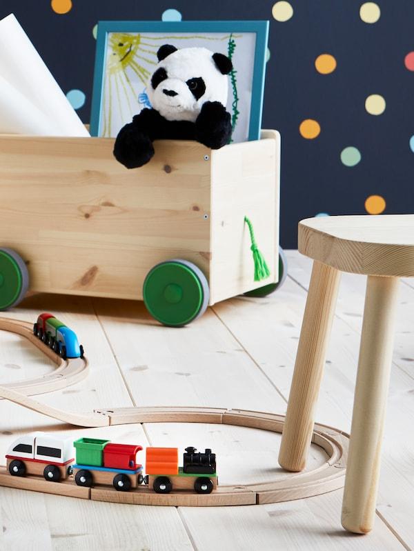 LILLABO junarata, FLISAT lastenkalusteet ja panda pehmolelu sekä muita hauskoja IKEA leluja.