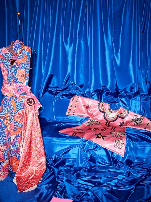 KARISMATISK tillklippt metervara har sytts till en klänning på en provdocka, intill syns en kaftan sydd av KARISMATISK tillklippt metervara.