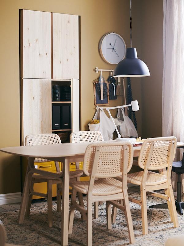 Les matières naturelles sont au cœur de cet espace salle à manger: éléments muraux IVAR en pin et table et chaises VOXLÖV en bambou.
