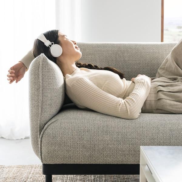 Chica descansando en sofá ÄPPLARYD