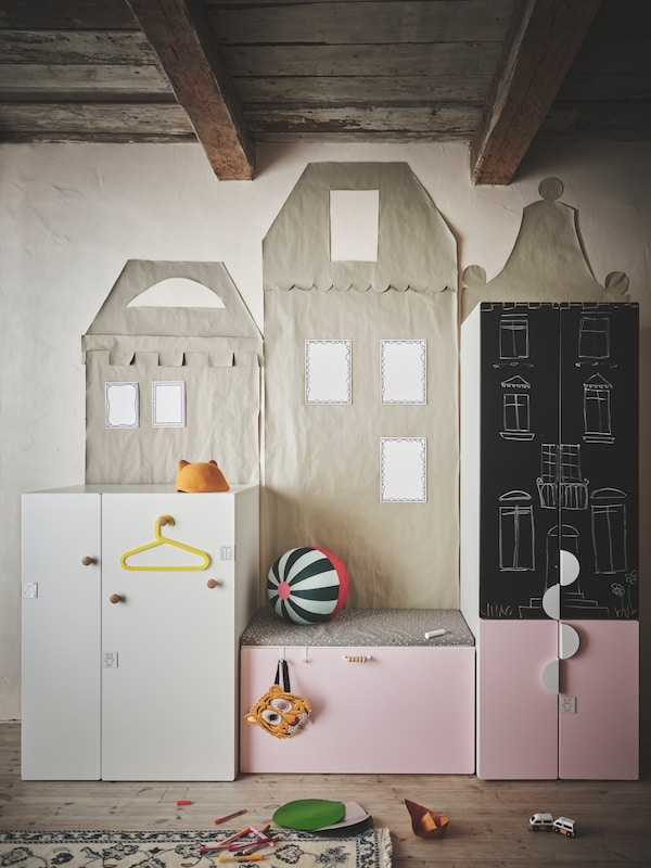 Verschiedene SMÅSTAD Aufbewahrungselemente mit unterschiedlichen farbigen Fronten und Griffen in verschiedenen Stilen stehen in einem Kinderzimmer.