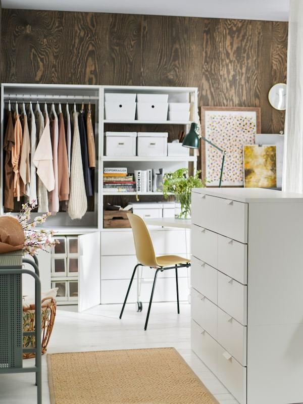 Closet com estrura PLATSA, caixas de arrumação TJENA e FJÄLLA brancas, tapete tecelagem plana cru.