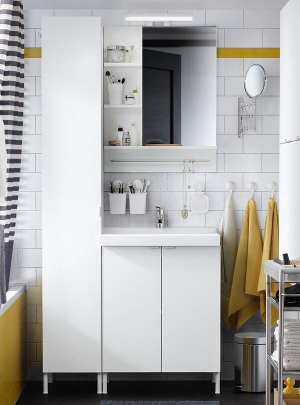 화이트 벽수납장+도어1, 화이트 세면기 수납장+도어2, 거울 수납장이 있는 옐로/화이트 톤의 욕실.