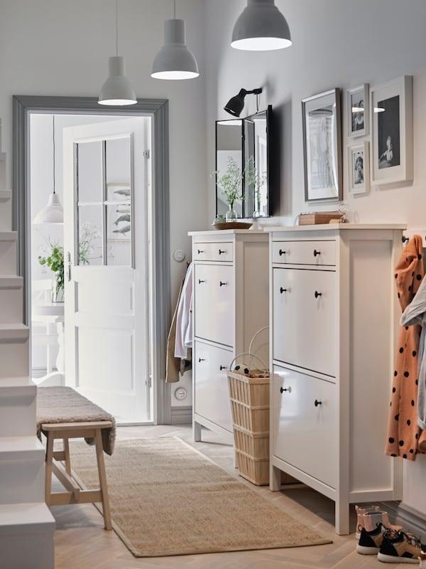 Long couloir avec deux armoires à chaussures, des cintres et un tapis de jute tissé à plat