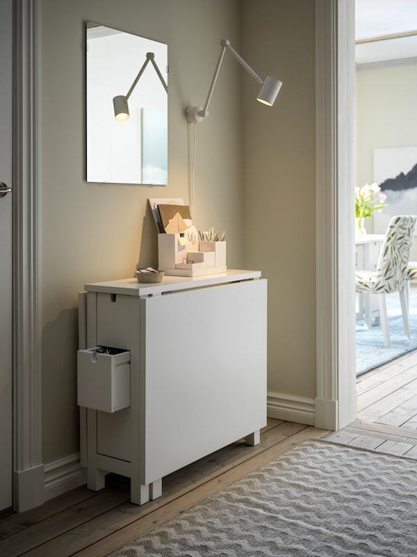 Mesa NORDEN abatida  colocada en el pasillo con espejo y lampara