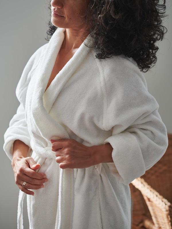 femme qui porte un peignoir ROCKÅN blanc