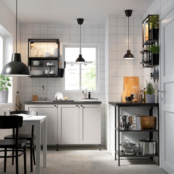 Et ENHET køkken i sort stel med grå køkkenlåger.